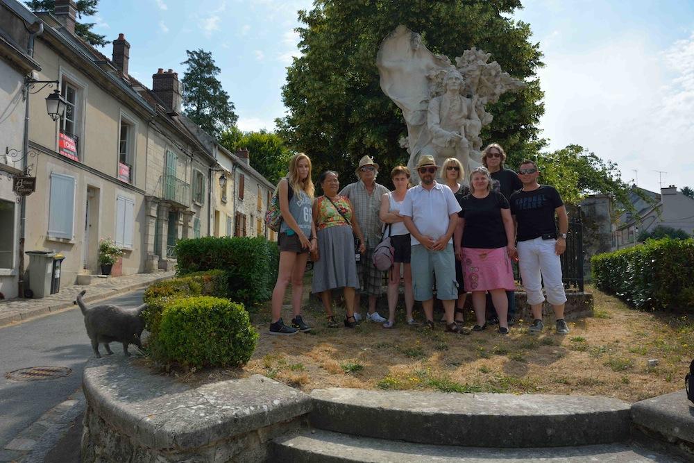 Devant la statue de Jean-Jacques